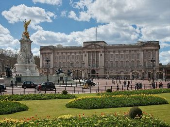 1920px-Buckingham_Palace,_London_-_April_2009_R.jpg